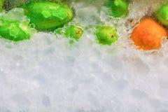 冰块用在玻璃门橱柜和水下落的果子与拷贝空间增加文本 库存图片