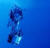 冰块飞溅 免版税库存照片