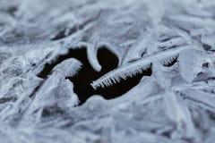 水冻冰块水晶和黑水 免版税库存图片