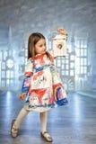 冰城堡演播室装饰的逗人喜爱的矮小的公主 图库摄影