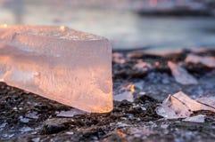 冰大块在日落的在一个冷淡的冬日 33c 1月横向俄国温度ural冬天 免版税库存图片