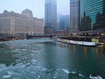 冰大块在芝加哥河漂浮在一个有雾的早晨在1月 免版税库存图片