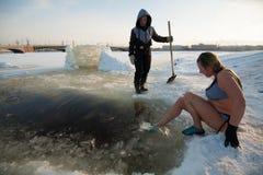 冰孔的妇女 库存照片