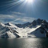 冰山、湖和太阳的Cajon del迈波火山,智利 免版税库存图片