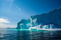 冰山令人惊讶的亮光  冰山在格陵兰 免版税库存图片