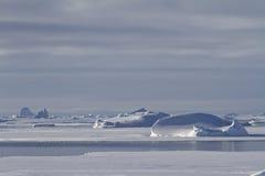 冰山和冰川在南极Peninsu的冬天水域中 免版税库存照片