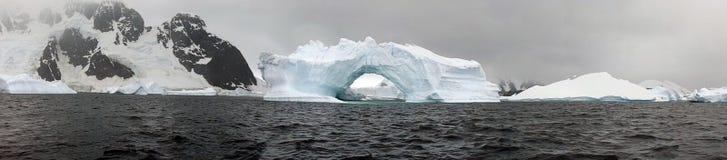冰山和山在南极洲 图库摄影