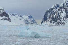 冰山和山 免版税库存图片