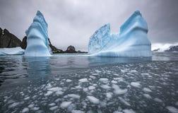 冰山和岩石风景在海 冰浮游物片断在水中 安德列耶夫 图库摄影