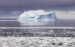 冰山在南极冬天 图库摄影