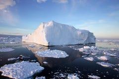 冰山在南极水域中 免版税库存图片
