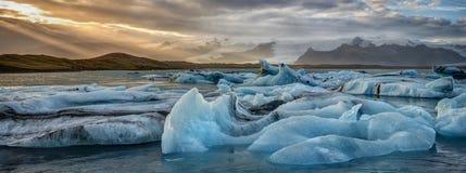 冰山在日落的冰岛` s Jökulsarlon冰河盐水湖 图库摄影