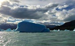 冰山在湖中阿根蒂诺乳状水域  库存图片