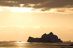 冰山在落日的光芒的南极水域中在a的 库存图片
