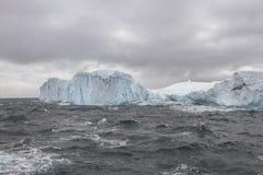冰山在设得兰群岛附近的德雷克段落 免版税图库摄影