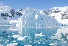 冰山在离南极洲的海岸的附近 库存图片