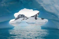 冰山在离南极洲的海岸的附近 免版税库存照片