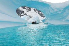 冰山在离南极洲的海岸的附近 免版税图库摄影