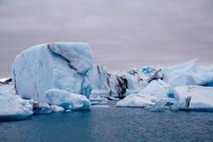 冰山在Breidamerkurjokull冰川Sudhurland,冰岛下的冰河湖盐水湖 库存图片