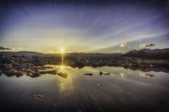冰山在Jokulsarlon日落的冰川湖 免版税库存图片