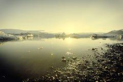 冰山在Jokulsarlon日落的冰川湖 库存照片