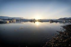 冰山在Jokulsarlon日落的冰川湖 图库摄影