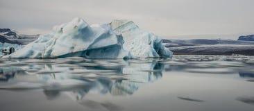冰山在Jokulsarlon盐水湖 冰岛 免版税库存图片