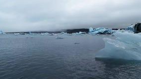 冰山在Jokulsarlon,一个冰河湖在冰岛 股票视频