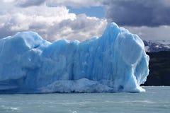 冰山山的看法在海的 免版税库存照片