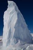 冰山的一角在结冰的南极水域中 库存照片