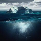 冰山,与北部海洋的海洋背景 图库摄影
