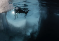 冰山水下的视图 库存照片