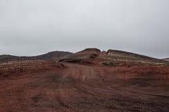 冰岛、红色火山的沙漠和汽车 免版税图库摄影
