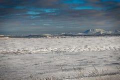 冰岛与在往雪加州的雪盖的火山的冬天视图 免版税库存照片