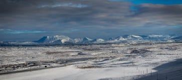 冰岛与在往雪加州的雪盖的火山的冬天视图 库存图片