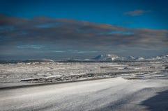 冰岛与在往雪加州的雪盖的火山的冬天视图 库存照片