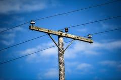 冰岛低功率电压在晴朗的蓝天排行 免版税库存照片