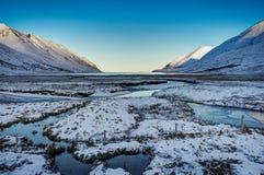 冰岛冬天与蓝天和阳光冷的fr的风景视图 免版税图库摄影