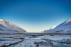 冰岛冬天与蓝天和阳光冷的fr的风景视图 免版税库存照片