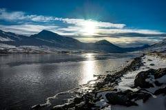 冰岛冬天风景看法结冰的水和反射与b 免版税库存照片