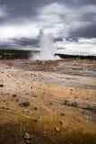 冰岛喷泉, Strokkur,喷发入一剧烈多云 免版税库存照片