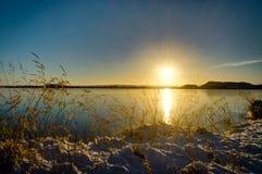 冰岛圣诞节风景山阳光水结冰的refl 免版税库存照片