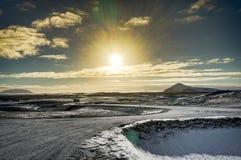 冰岛圣诞节风景山阳光水结冰的refl 图库摄影
