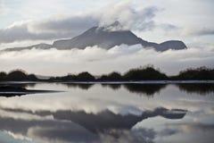冰岛有薄雾的山 免版税库存照片