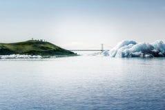 冰岛桥梁和美丽的冰川盐水湖在一个晴天 库存图片