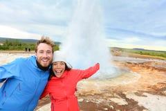 冰岛由Strokkur喷泉的游人乐趣 免版税库存照片