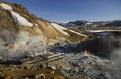 冰岛的喷气孔领域用与煮沸的泥火山口的黄色硫磺包括反对冬天天空 库存照片