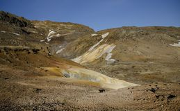 冰岛的喷气孔领域用与煮沸的泥火山口的黄色硫磺包括反对冬天天空 免版税库存图片