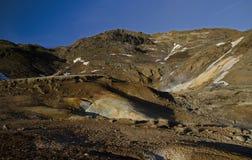 冰岛的喷气孔领域用与煮沸的泥火山口的黄色硫磺包括反对冬天天空 免版税库存照片