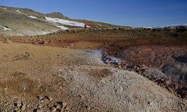 冰岛的喷气孔领域用与煮沸的泥火山口的黄色硫磺包括反对冬天天空 库存图片